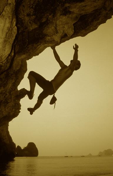 Jose_Luis_Nunez_bouldering_in_Ton_Sai_Beach